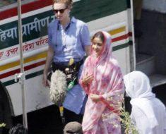 यू पी रोडवेज बस की छत पर बैठकर ससुराल पहुँची अनुष्का शर्मा,  मची भगदड़